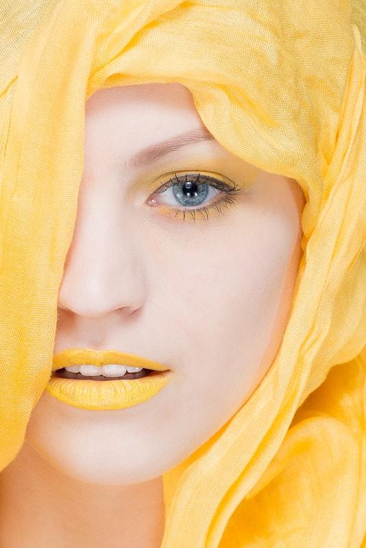 Fotoshooting gelbes Makeup I Heidi Debbah Maskenbildnerin und Visagistin