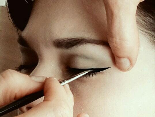 Lidstrich ziehen I Heidi Debbah Maskenbildnerin und Visagistin