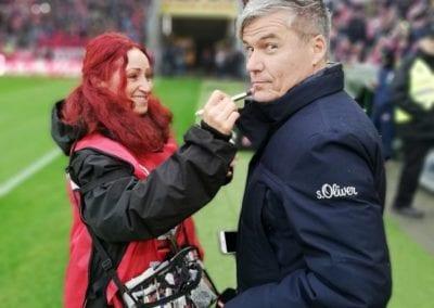 Touch up bei Sky Sport Moderator Ecki Heuser im Fußballstadion I Heidi Debbah Maskenbildnerin und Visagistin