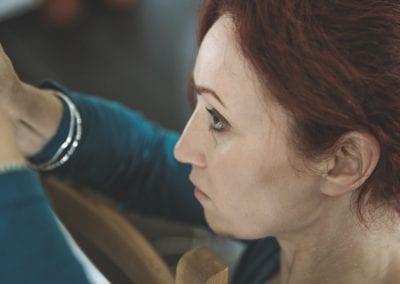konzentriertes Arbeiten I Heidi Debbah Maskenbildnerin und Visagistin
