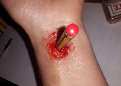 SFX Makeup, Bleistift durch Arm / Heidi Debbah Maskebildnerin und SFX Artist