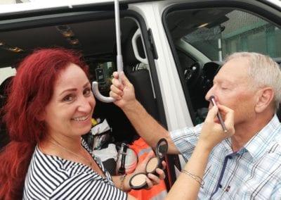 Schminken eines Interviewgastes im Freien / Heidi Debbah Maskenbildnerin und Visagistin