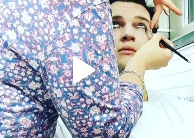 Mann wird geschminkt I Heidi Debbah, Maskenbildnerin & Visagistin