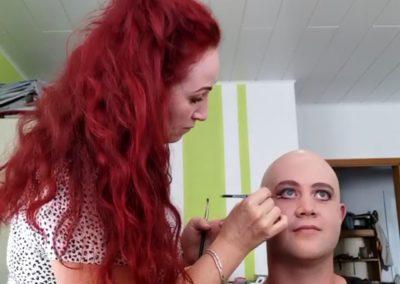beim Schminken eines Dartsellers mit geklebter Glatze I Heidi Debbah, Maskenbildnerin & Visagistin