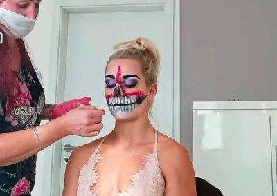 beim auftragen eines Halloween-Makeups an Kundin I Heidi Debbah, Maskenbildnerin & Visagistin