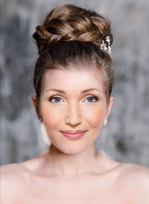 Brautfrisur, hoher Dutt mit geflochtenem Zopf und Braut Makeup I  by Heidi Debbah, Maskenbildnerin & Visagistin